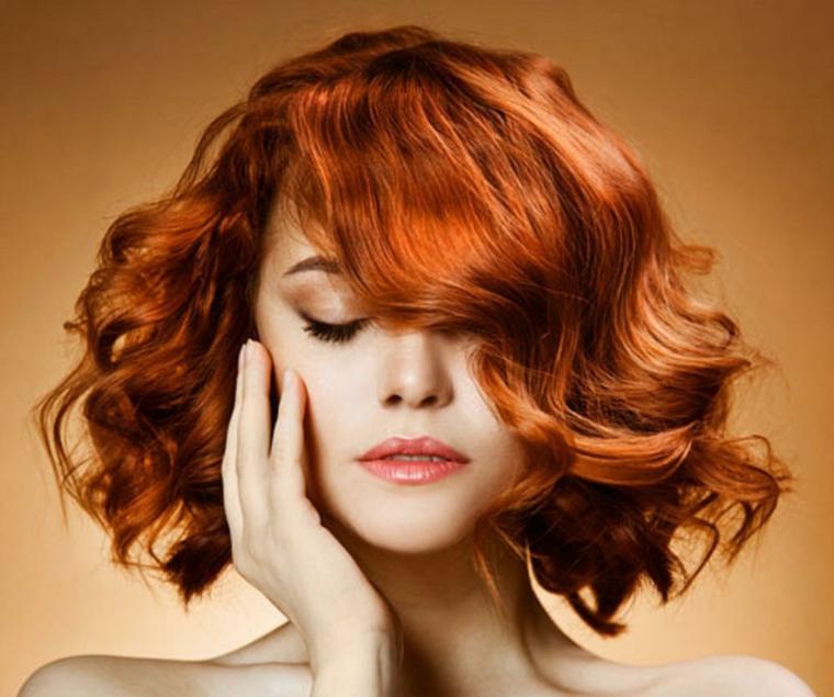 capelli-mossi-media-lunghezza-colore-rosso-ramato-ciuffo-lato-rossetto-arancione