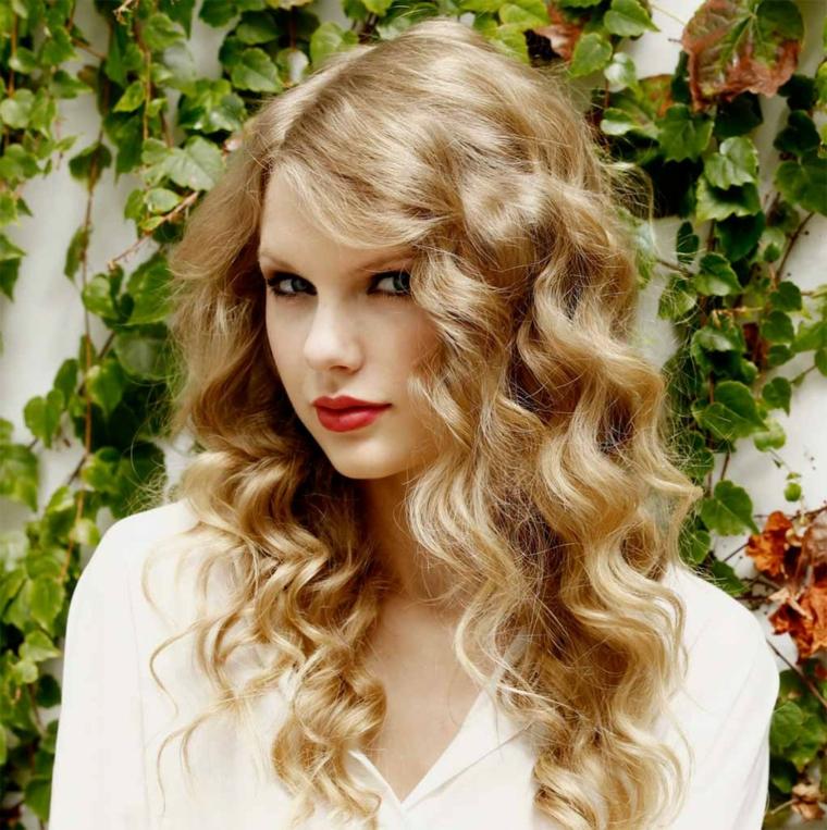capelli-mossi-taglio-lungo-capelli-biondi-ciuffo-lato-rossetto-rosso