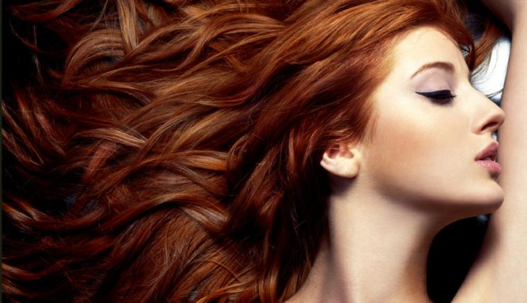 capelli-mossi-taglio-molto-lungo-tutto-pari-colore-rosso-intenso-ombretto-viola