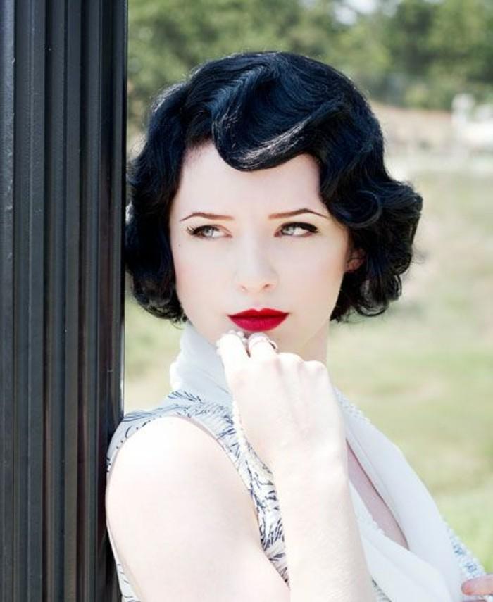 capelli-neri-cosrti-donna-acconciatura-stile-retrò-trucco-viso-chiaro-rossetto-rosso