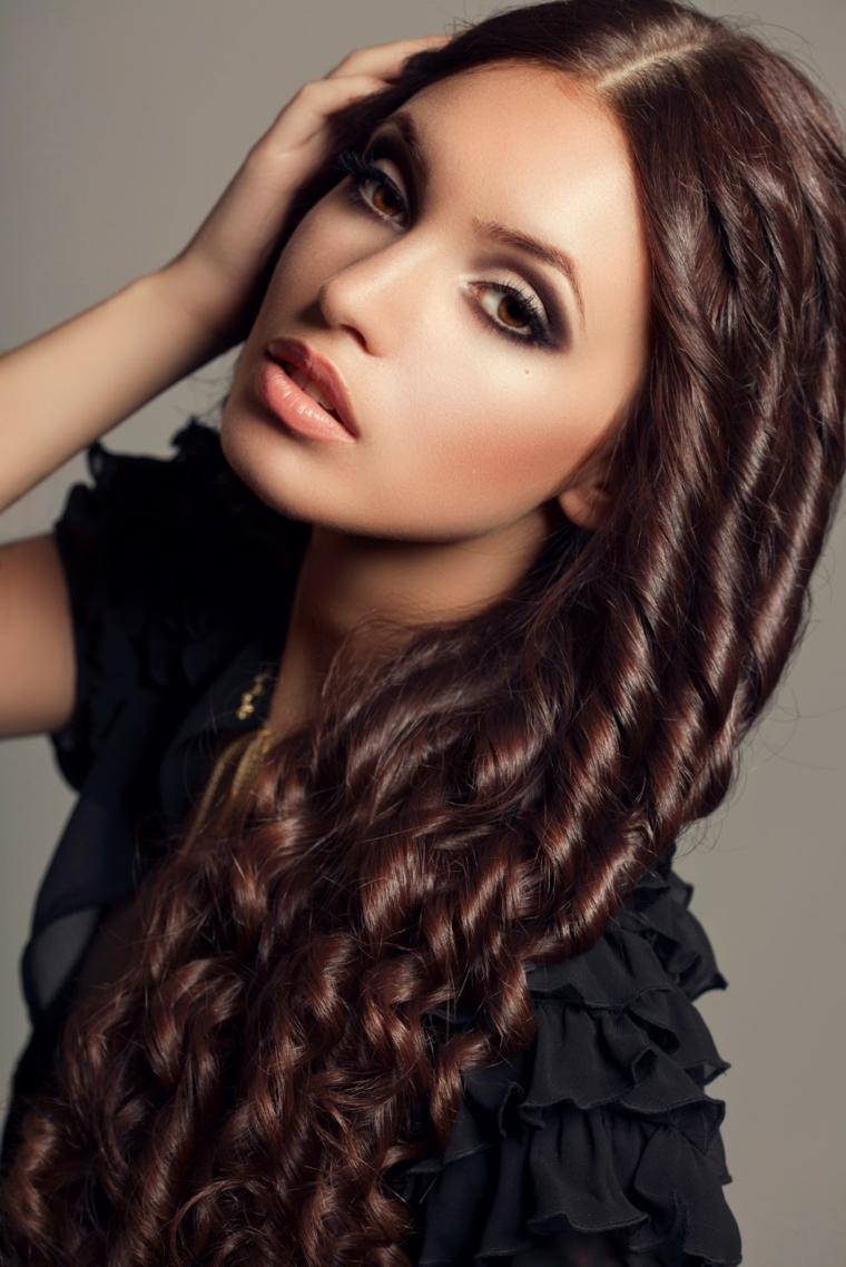 capelli-ondulati-acconciatura-boccoli-capelli-lunghi-trucco-toni-naturali-opachi
