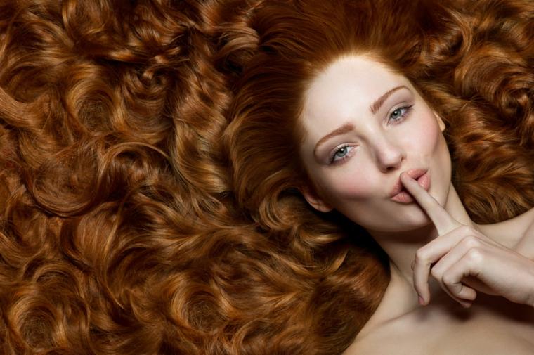 capelli-ondulati-chioma-folta-lunga-colore-ramato-riflessi.chiariu-trucco-naturale-incarnato-chiaro