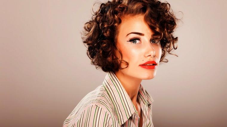 capelli-ondulati-corti-colore-castano-riflessi-ramati-ciuffo-lato-rossetto-rosso