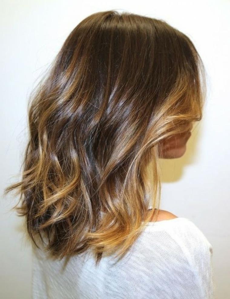 capelli-ondulati-taglio-sotto-spalle-colore-castano-riflessi-chiari-punte