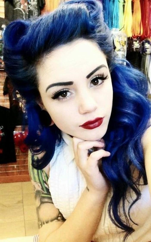 cappelli-anni-50-donna-colore-blu-estravagante-pin-up-onde-leggere-tatuaggi-bracio
