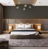 come-arredare-la-camera-da-letto-parete-grigia-testa-illuminazione-soffusa-terrazz-vista-lampadario-faretti-soffitto