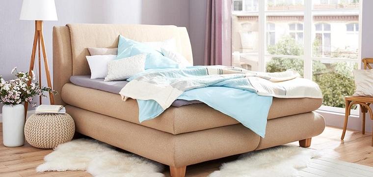 come-arredare-la-camera-da-letto-tonalità-chiare-vaso-fiori-comodino-rattan-pavimento-parquet-testata-letto-moderna