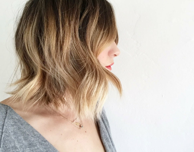 come-fare-i-capelli-mossi-taglio-piega-trendy-colore-castano-chiaro-punte-bionde
