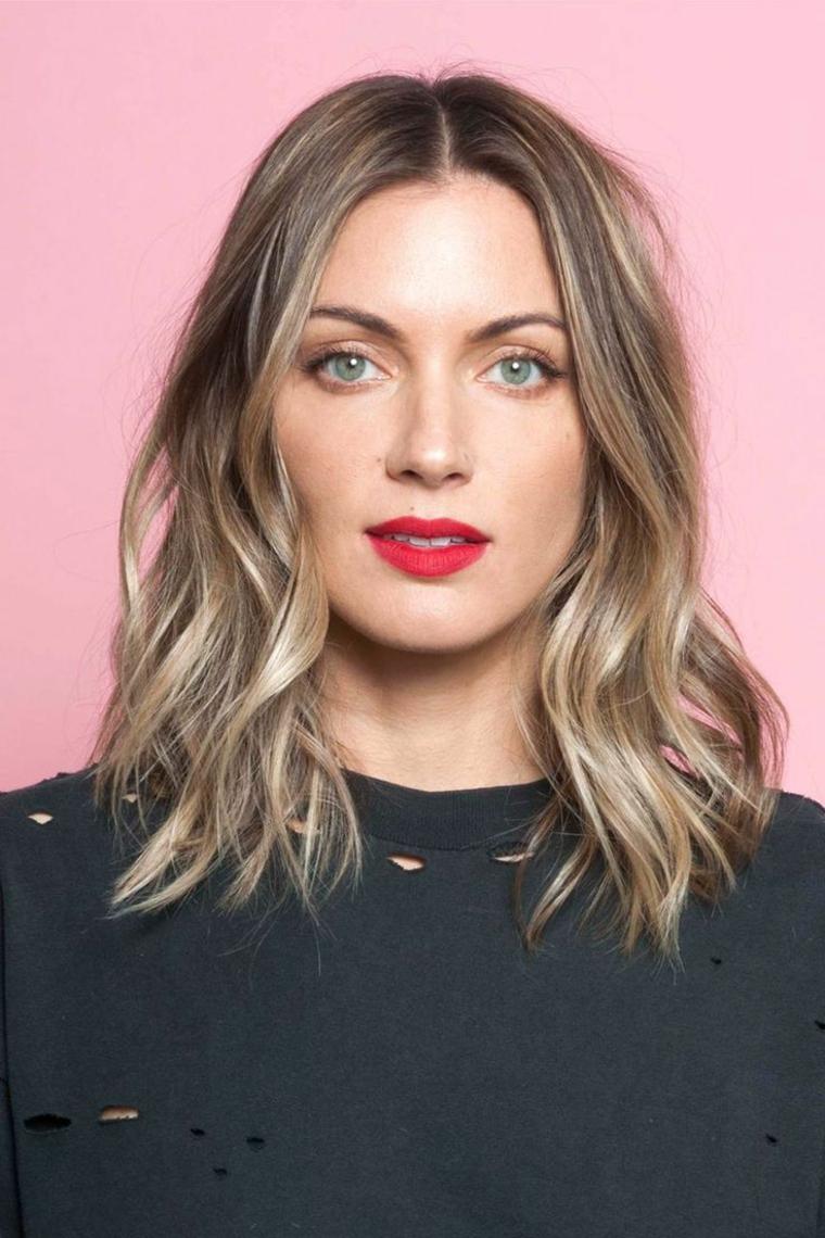 come-fare-i-capelli-ondulati-lunghezza-spalle-castano-chiaro-riflessi-chiari-rossetto-rosso