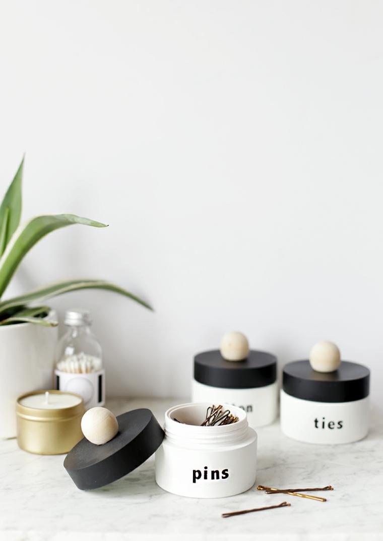 Organizer per la beuaty routine, riciclare oggetti da buttare, barattoli di crema come contenitori