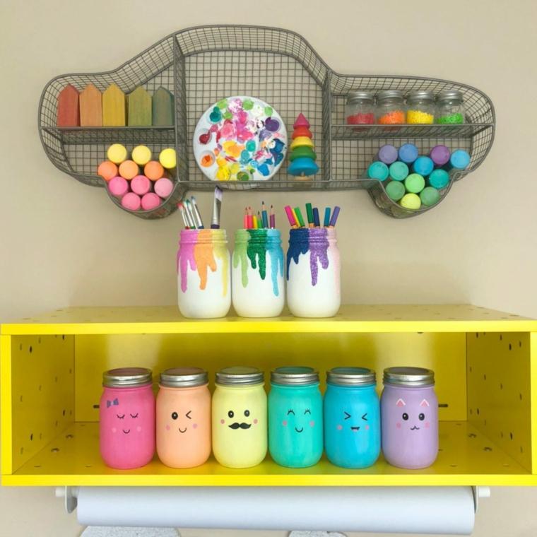 Lavoretti creativi da fare a casa, mensola di legno con barattoli dipinti e facce kawaii