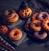 decorazione-tavolo-halloween-ciambelle-colorate-zucca-cappello-cannucce-plastica-colorata-ragni
