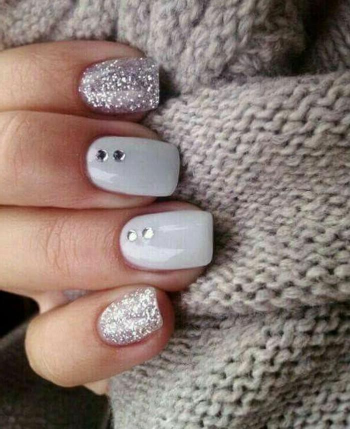 decorazione-unghie-due-brillantini-verticale-medio-anulare-base-smalto-bianco-indice-mignolo-glitter