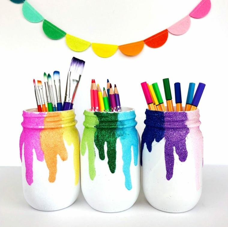 Riciclo creativo, riciclo di barattoli di vetro dipinti, contenitori con pennarelli e matite colorate
