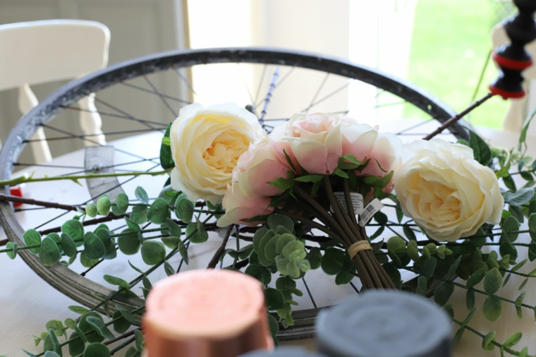 Lavoretti creativi da fare a casa, ruota di una bicicletta decorata con bouquet di fiori