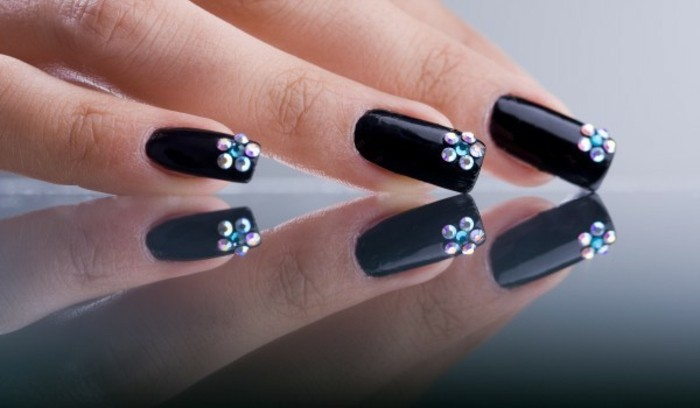 decorazioni-unghie-brillantini-colorati-formano-piccoli-fiori-basso-lato-base-smalto-nero