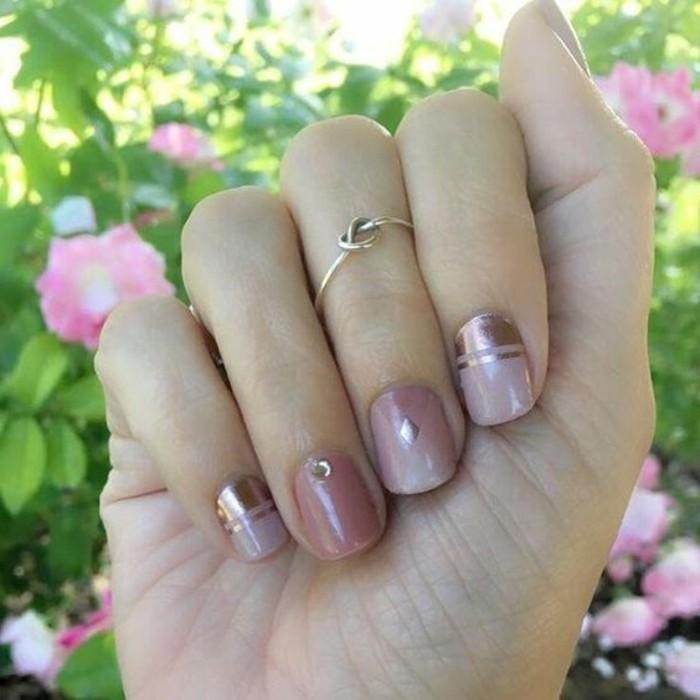 decorazioni-unghie-brillantini-fasce-dorati-raffinate-base-smalto-color-malva-lucido