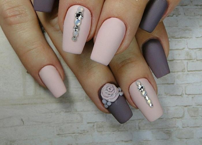 decorazioni-unghie-brillantini-linea-verticale-ssmalto-opcaco-rosa-viola-rosa-decotata-anulare