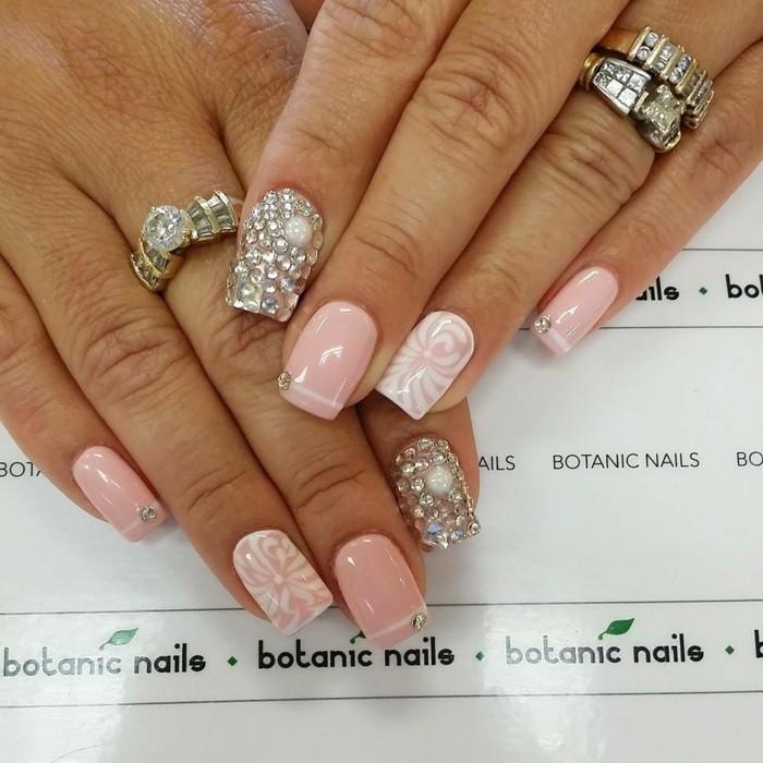 decorazioni-unghie-indice-pieno-brillantini-varie-dimensioni-anulare-decorazioni-bianche-smalto-rosa