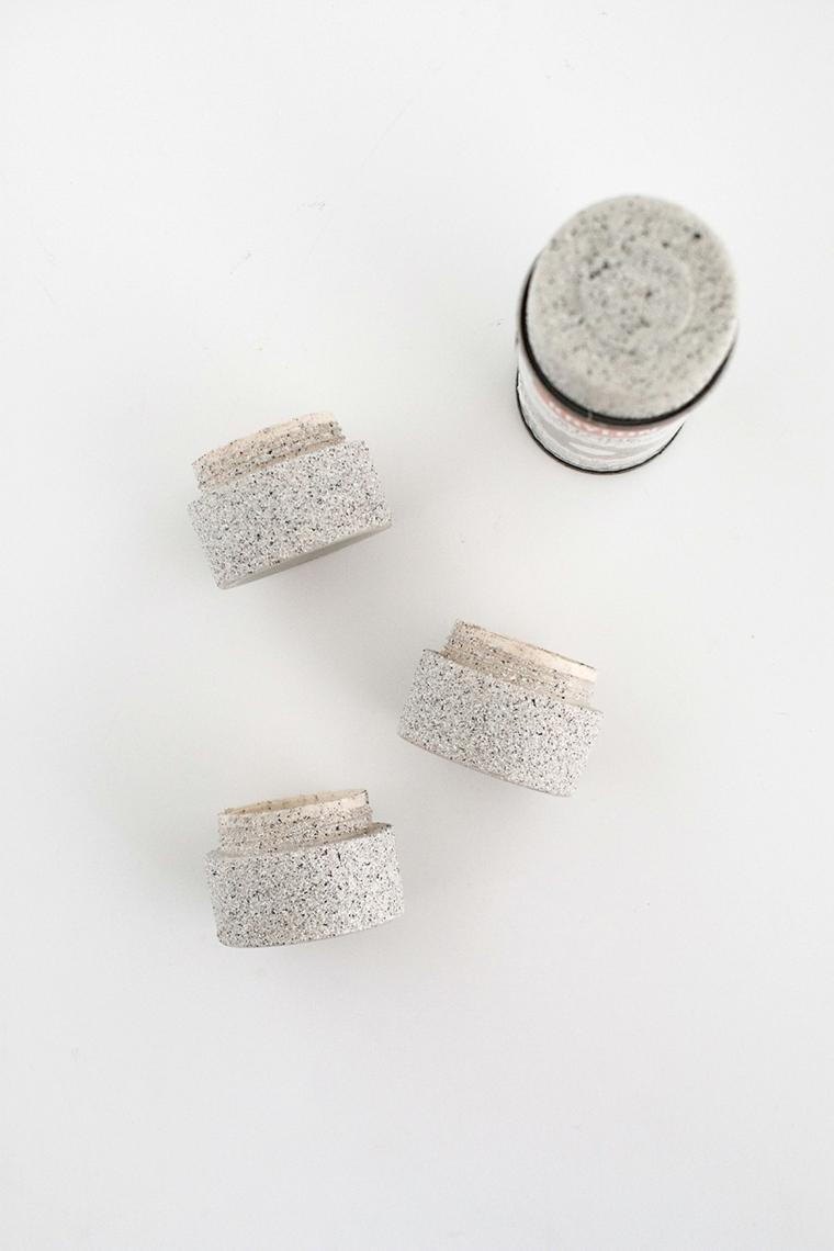 Dipingere i barattoli di creme di colore grigio, decorazioni casa fai da te riciclo