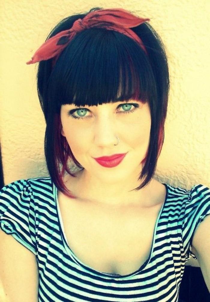 donna-capelli-castano-scuro-fiocco-rosso-occhi-chiari-labbra-rosse-rossetto-stile-retrò