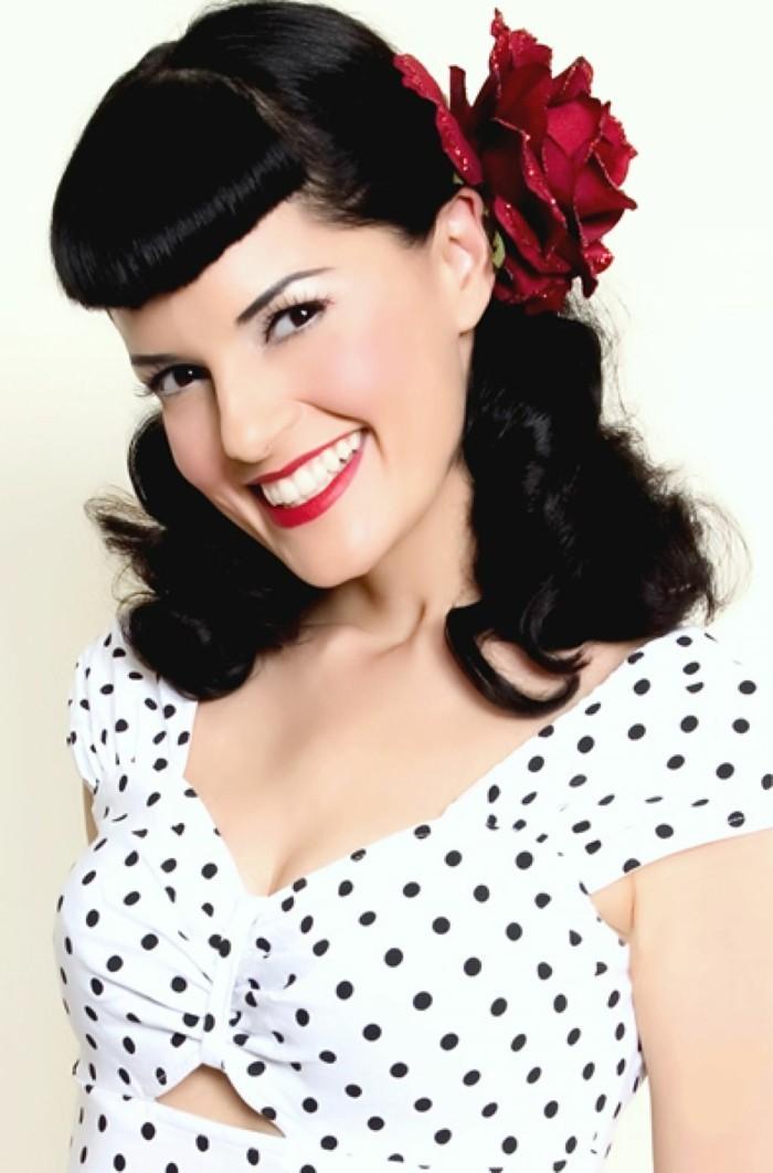 donna-capelli-neri-fiore-rosso-finto-frangia-maglia-bianca-pois-nere