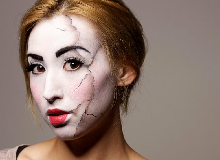 donna-truccata-halloween-strati-bambola-rossetto-rosso-capelli-legati-biondi