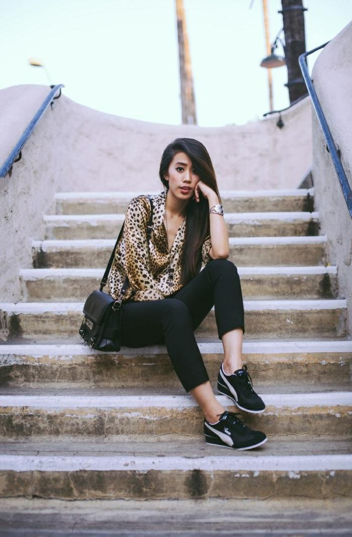 dress-code-smart-casual-donna-scarpe-da-ginnastica-pantalone-nero-camicia-print-borsa-tracolla