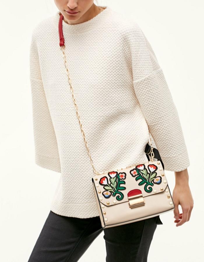 dresscode-smart-casual-felpa-bianca-stradivarius-borsa-patch-tracolla-catena