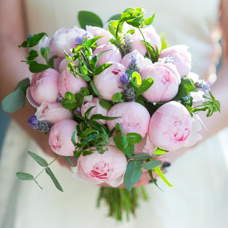 fiori-belli-bouquet-fiori-rosa-rotondi-foglie-verdi