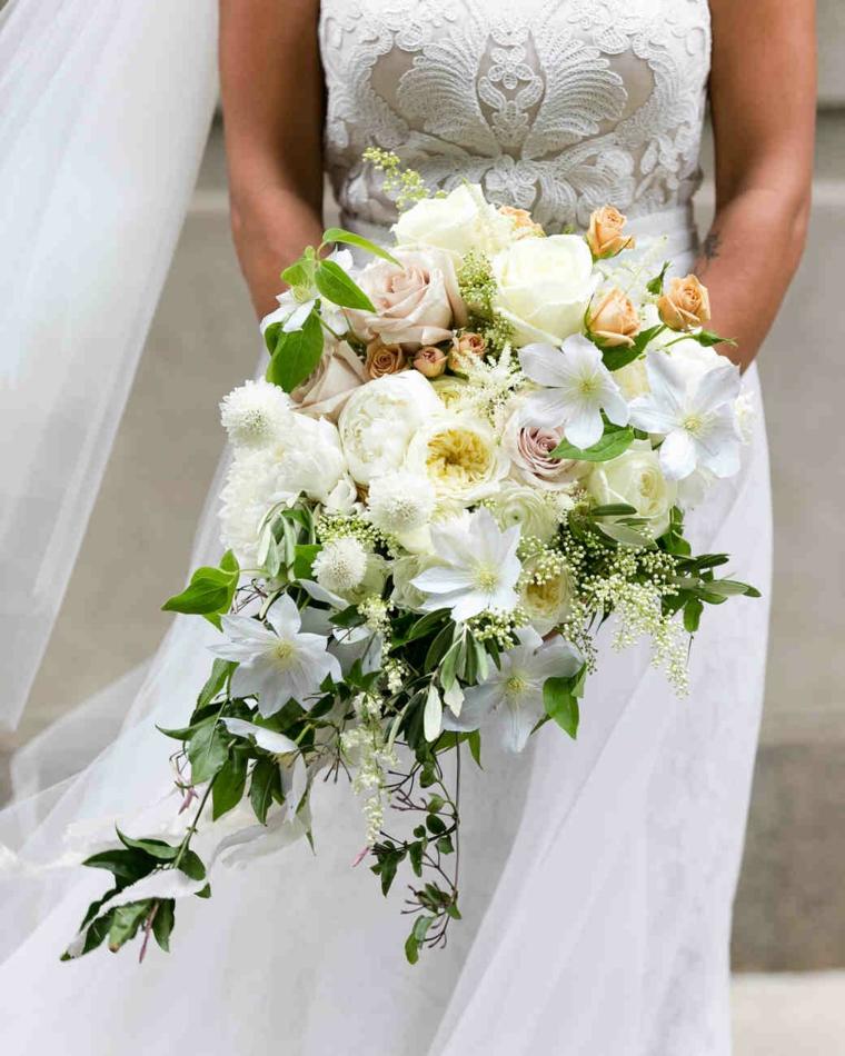 fiori-belli-bouquet-forma-cascata-fiori-bianchi-rose-beige-foglie-verdi