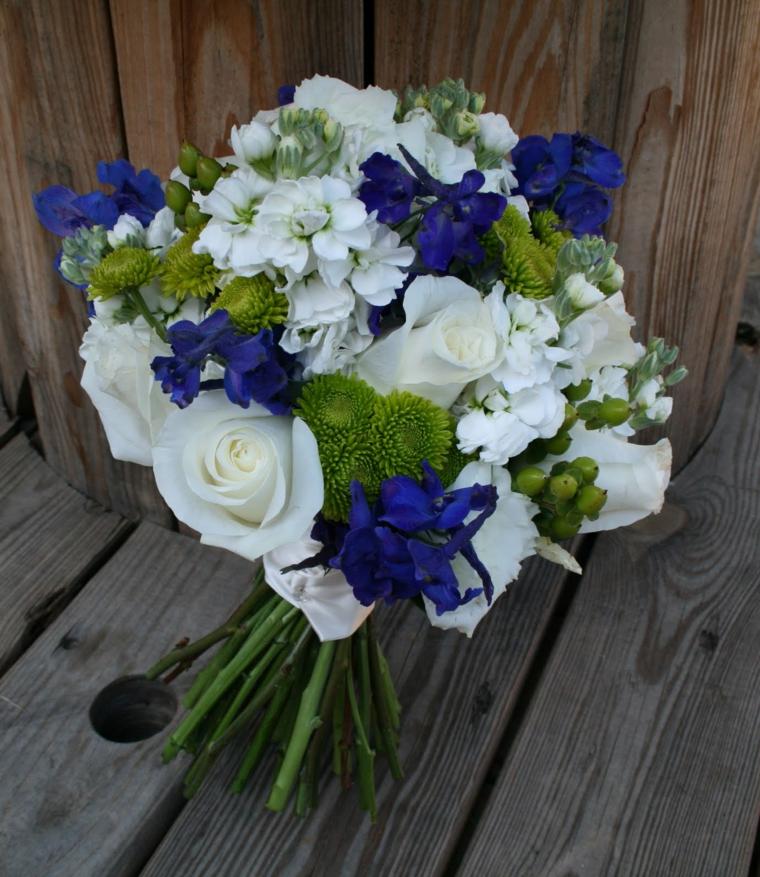 fiori-belli-bouquet-forma-classica-rose-bianche-fiori-blu-elementi-verdi