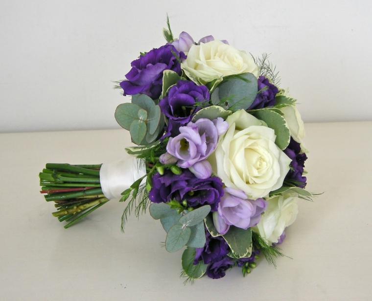 fiori-belli-bouquet-lisinathus-viola-fresia-lilla-rose-bianche
