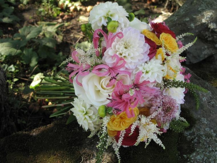 fiori-belli-bouquet-rotondo-fiori-bianchi-gialli-rosa