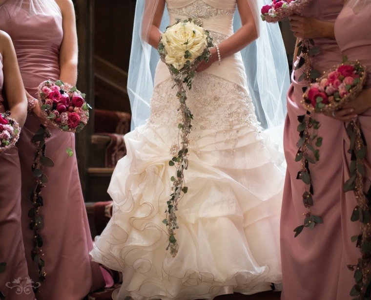 fiori-matrimonio-bouquet-damigelle-sposa-rose-bianche-fucsia-foglie-verdi-cascata