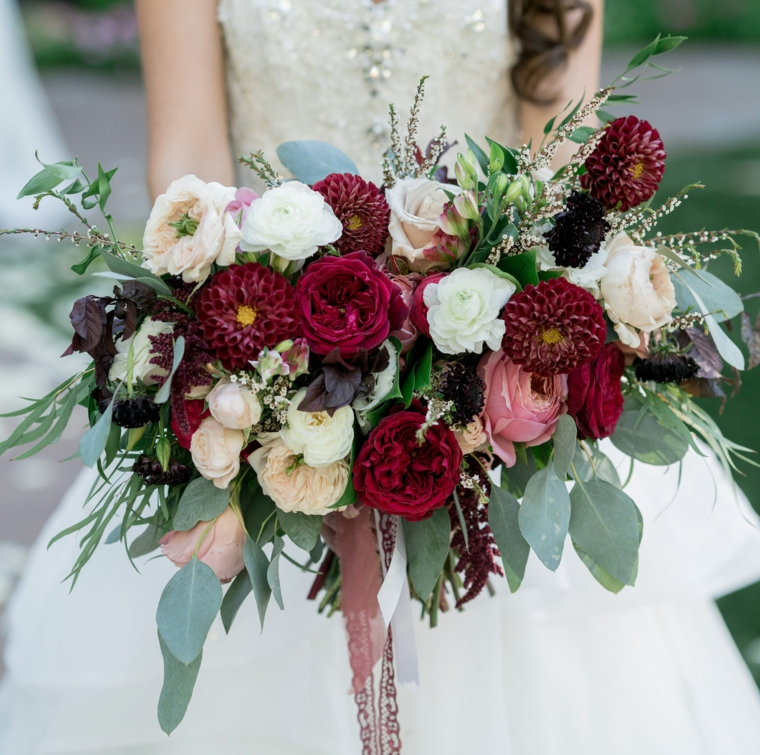 fiori-matrimonio-bouquet-forma-allungata-fiori-diversi-bordeaux-bianchi