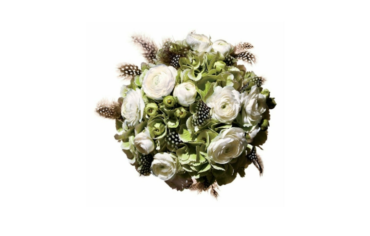 fiori-matrimonio-bouquet-forma-tonda-fiori-bianchi-piume-decorazione