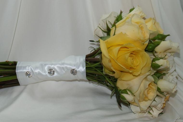 fiori-matrimonio-bouquet-piccolo-rose-bianche-gialle-nastro-gambo-brillantini