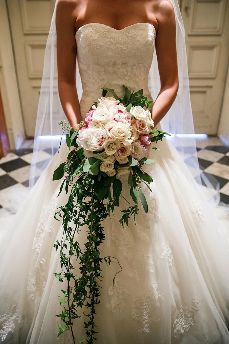 fiori-matrimonio-bouquet-rose-bianche-rosa-foglie-verdi-cascata