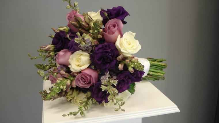fiori-matrimonio-bouquet-rose-bianche-viola-chiare-scure-verde-mezzo
