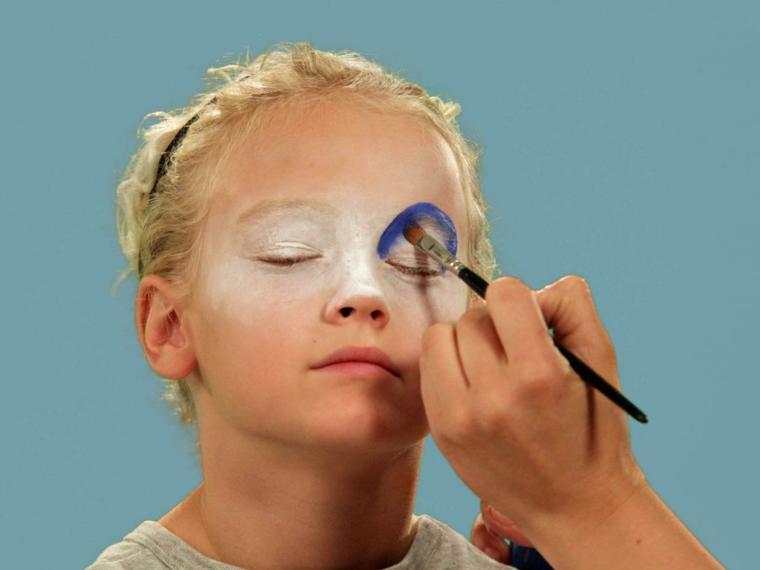 halloween-trucco-bambina-occhio-blu-base-bianca-pennello- b51d2d01d970