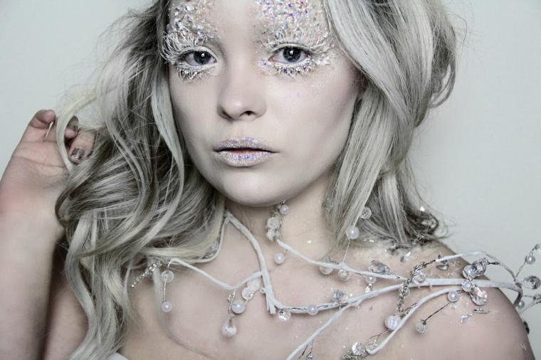 halloween-trucco-semplice-brillantini-occhi-capelli-biondi-ricci-viso-pallido