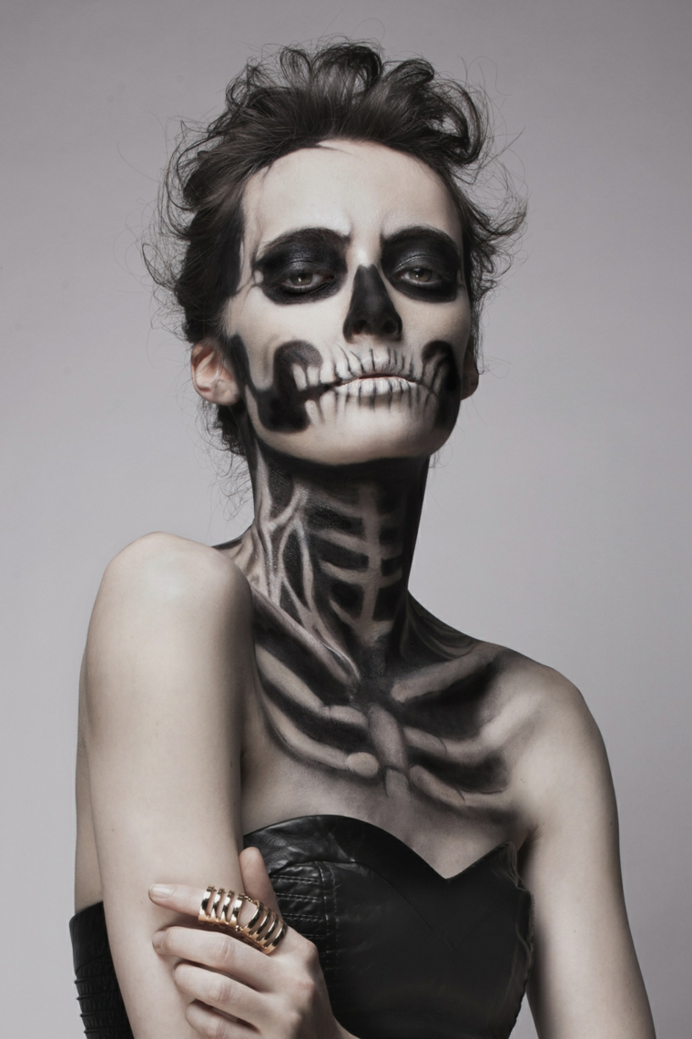 idea-body-painting-scheletro-donna-corsetto-nero-capelli-legati-tatuaggio-dito
