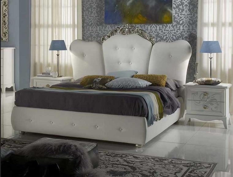 idee-arredamento-classico-zona-notte-letto-imbottito-testa-comodino-legno-parete-carta-da-parati