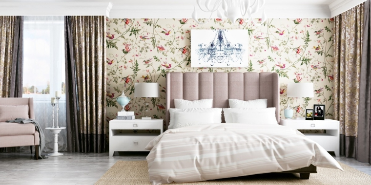 idee-arredamento-zona-notte-parete-carta-parati-tende-motivi-floreali-poltrona-beige-comodini-bianchi