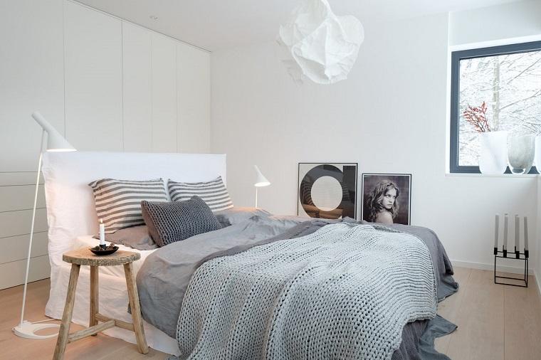 idee-arredamento-zona-notte-testa-letto-imbottita-colore-bianco-armadio-parete-lampadari-decorazione-quadri