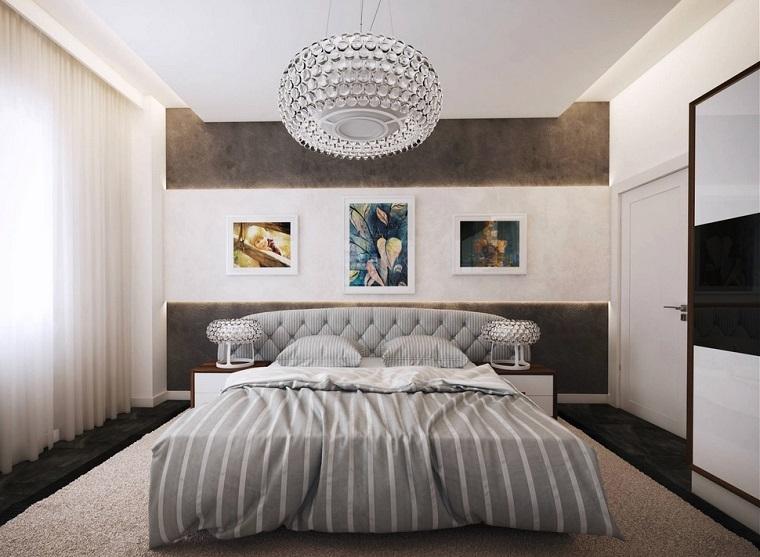 idee-camera-da-lett-arredamento-tonalità-colore-grigio-lampadario-sospensione-cristalli-parete-decorata-tende-bianche