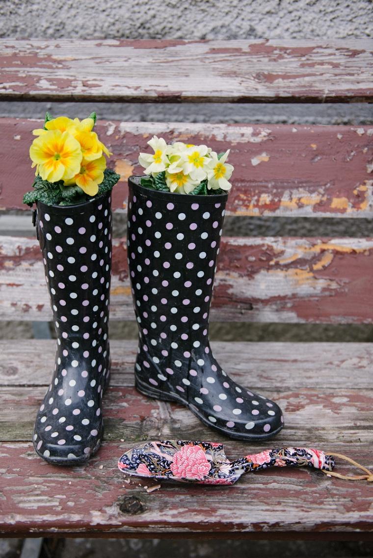 idee-creative-riciclo-fai-da-te-per-la-casa-stivali-gomma-neri-pois-bianchi-vaso-fiori
