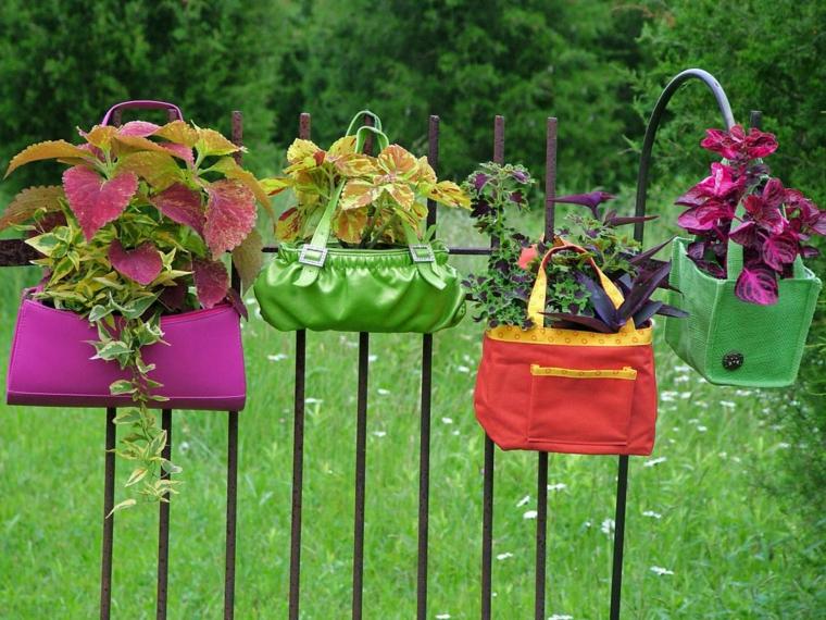 idee-creative-riciclo-vasi-appendere-ringhiera-vecchie-borse-colorate-forme-diverse