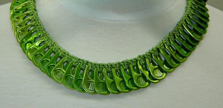 idee-creativo-riciclo-collana-linguette-verdi-tutte-uguali-lattine-infilate-corda-sottile